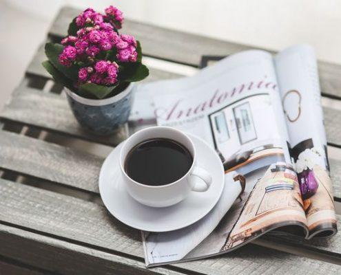 noviny, kávička, kvetinka